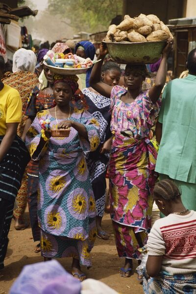 Women carrying goods to market, Bobo-Dioulasso, Burkina Faso, West Africa, Africa