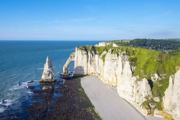 Aiguille d'Etretat, natural stone arch on the coast of the English Channel (La Manche), Etretat, Seine-Maritime Department, Normandy, France, Europe