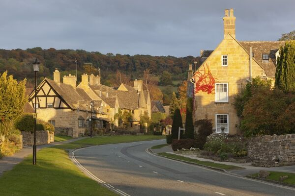 Cotswold cottages along High Street with Fish Hill behind, Broadway, Cotswolds, Worcestershire, England, United Kingdom, Europe