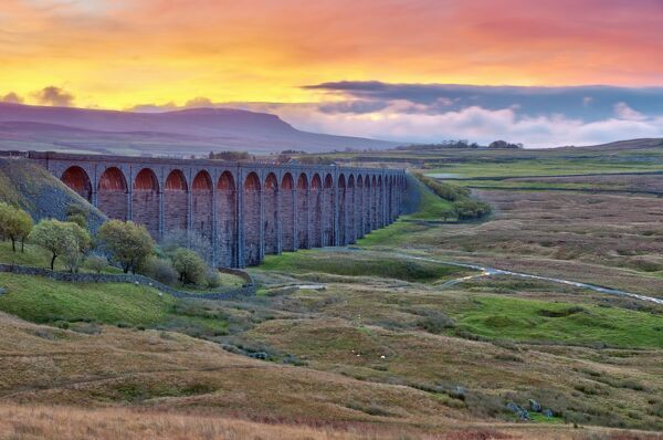 Pen-y-ghent and Ribblehead Viaduct on Settle to Carlisle Railway, Yorkshire Dales National Park, North Yorkshire, England, UK