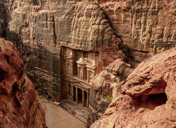 The Treasury (Al-Khazneh), elevated view, Petra, UNESCO World Heritage Site, Ma'an Governorate, Jordan, Middle East