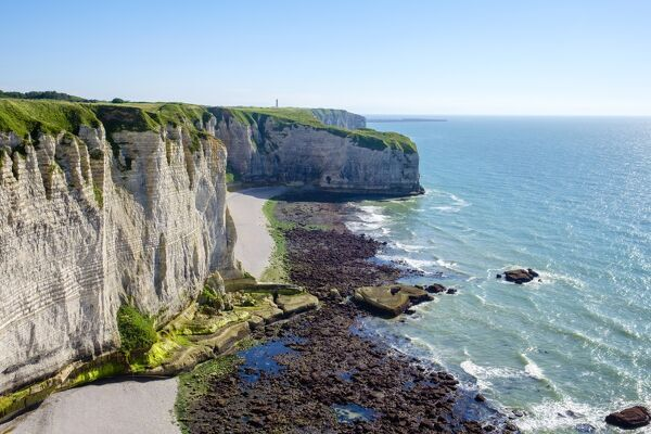 White chalk cliffs on the coast of the English Channel (La Manche), Etretat, Seine-Maritime Department, Normandy, France, Europe
