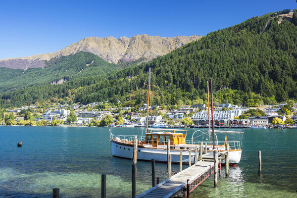 Yacht on Lake Wakatipu, Bobs Peak and Mount Hanley, Queenstown, Otago, South Island, New Zealand, Pacific